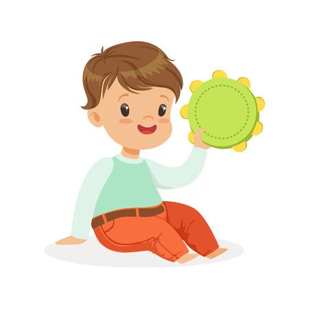 Schattige kleine jongen spelen tamboerijn, jonge muzikant met speelgoed muziekinstrument, muzikale educatie voor kinderen cartoon vector illustratie