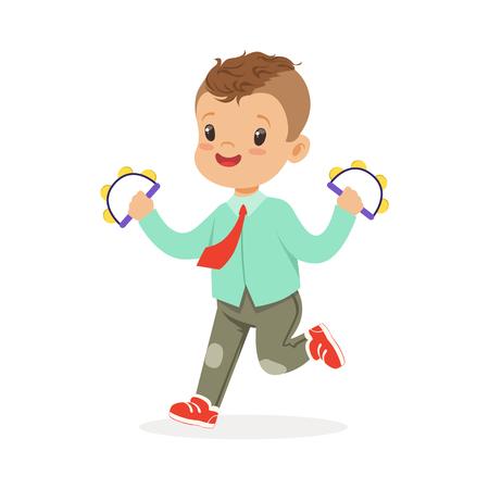 Het leuke kleine jongen spelen handbell tamboerijn, jonge musicus met stuk speelgoed muzikaal instrument, muzikaal onderwijs voor de vectorillustratie van het jonge geitjesbeeldverhaal