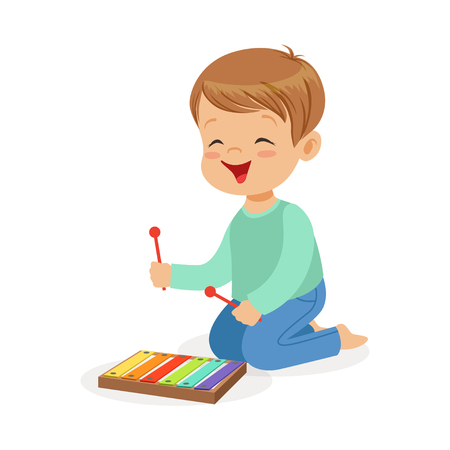 Cute ragazzino giocando xilofono, giovane musicista con giocattolo strumento musicale, educazione musicale per i bambini Illustrazione vettoriale cartoon