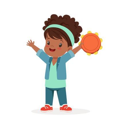 Lief klein meisje spelen tamboerijn, jonge muzikant met speelgoed muziekinstrument, muzikale educatie voor kinderen cartoon vector illustratie