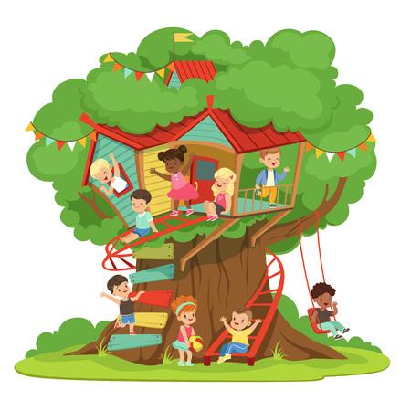 Kinderen spelen en plezier hebben in de boomhut, kinderen speeltuin met schommel en ladder kleurrijke gedetailleerde vector illustratie op een witte achtergrond Stock Illustratie