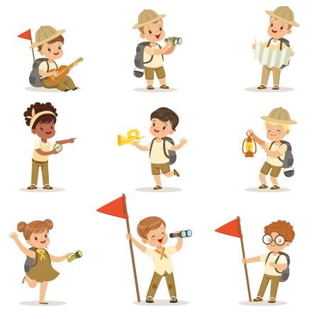 Set van meisjes en jongens in scout kostuums