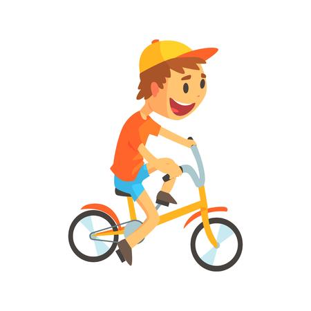 Rapaz pequeno engraçado na bicicleta amarela da equitação do boné de beisebol. Kid ciclismo. Atividades ao ar livre da criança. Infância feliz. Personagem de desenho de desenho animado. Ilustração em vetor estilo plano isolada no fundo branco Foto de archivo - 87724573