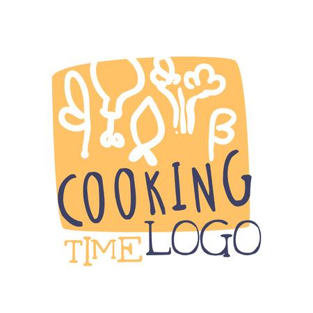 Kooktijd hand getekend logo of badge ontwerp. Handgeschreven letters met voedsel op snijplank. Label voor kookclub of klas, culinaire school, voedingsatelier of thuiskeuken. Vector geïsoleerd op wit. Stock Illustratie