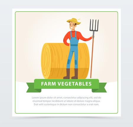 De glimlachende landbouwersmens in overall bevindt zich met een hooivork in zijn hand voor een hooiberg. Lokale boer. Organisch ecovoedsel. Landbouwer en tuinman landbouwconcept. Vector platte stripfiguur man. Stock Illustratie