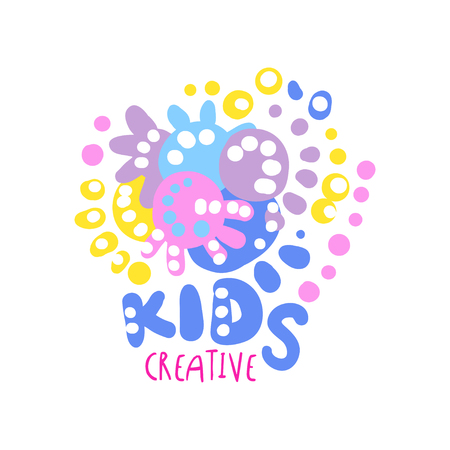 Kinderen creatieve, kleurrijke hand getrokken labels voor kinderclub, centrum, school, kunststudio, speelgoedwinkel en andere projecten van kinderen vector illustratie geïsoleerd op een witte achtergrond
