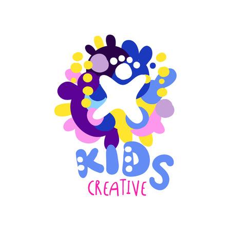 Kinderen creatieve, kleurrijke hand getrokken labels en badges voor kinderclub, centrum, school, kunststudio, speelgoedwinkel en andere projecten van kinderen vector illustratie geïsoleerd op een witte achtergrond