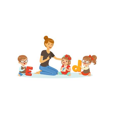 Gruppo di bambini in età prescolare e insegnante sedersi sul tappeto e imparare le lettere. Lavoro di terapista e linguaggio. Design piatto vettoriale