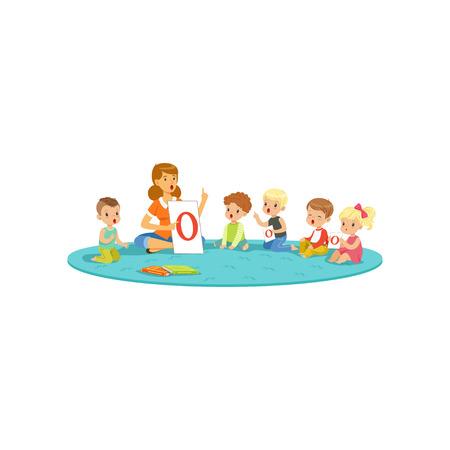 Grupo de pequenas crianças sentadas no tapete e aprendendo cartas com o professor. Centro de desenvolvimento infantil Ilustración de vector