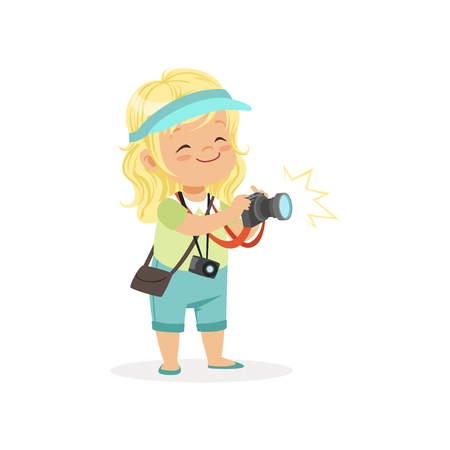 Menina preescolar plana de desenho animado de pé com câmera de fotos digital nas mãos. Conceito da profissão do fotógrafo ou repórter Ilustración de vector