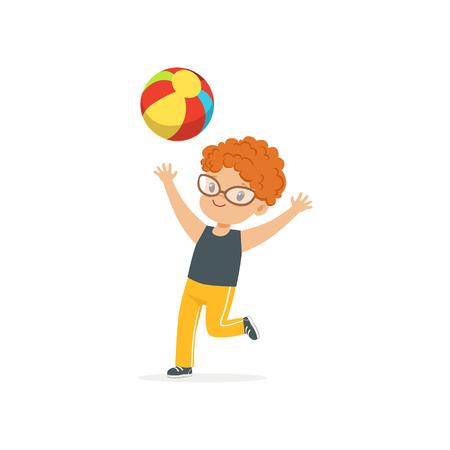 幼稚園園庭にカラフルなゴムボールで遊んで赤い髪の子供。夏の野外活動やゲームのコンセプト。フラットの男の子キャラクター 写真素材 - 90329256