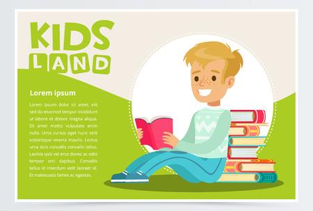 Glimlachende tienerjongen met sproeten op gezicht zitting en lezing dichtbij stapel van boeken. Genieten van literatuur. Onderwijs en school concept. Groene kaart of promoposter met schooljongen plat karakter. Vector