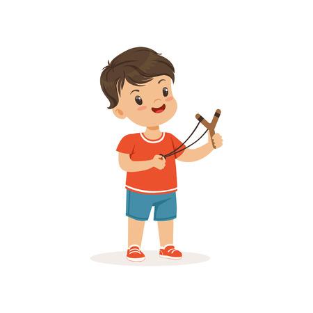 Leuke bullebak jongen met een katapult, hoodlum vrolijk klein kind, slecht kind gedrag vector illustratie op een witte achtergrond
