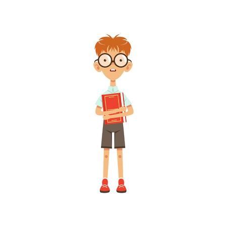 本を手に立つ漫画オタクの男子生徒。教育の概念。メガネ、シャツ、ショートパンツの2つの大きな前歯を持つスマートな子供のキャラクター。白い