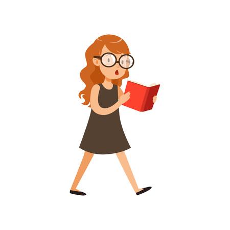 かわいいオタクの女の子が歩いて本を読んで。黒いドレスとガラスで興味のある顔の表情を持つ瞳。スマートキッドの漫画のキャラクター。白に隔