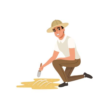 Homem sentado em um joelho e varrendo a sujeira dos ossos do esqueleto. Paleontologista dos desenhos animados que usa a escova pequena, o homem na camisa, nas calças e no vetor liso do chapéu do arqueólogo. Foto de archivo - 93716823