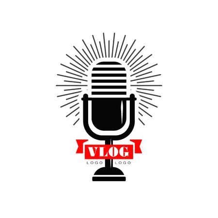 Vlog en blog-logo met zwarte retro microfoon en rood lint. Origineel embleem voor YouTube-videokanaal, online-uitzending of livestream. Vector ontwerp Stock Illustratie