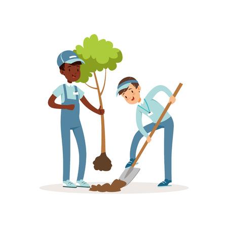 Dwoje dzieci do sadzenia drzew. Chłopcy w roboczych kombinezonach i czapkach. Jedno dziecko trzymające w ręku sadzonkę, drugie kopiące dół z łopatą. Koncepcja ogrodnictwa. Postaci wolontariuszy z kreskówek. Płaska konstrukcja wektora