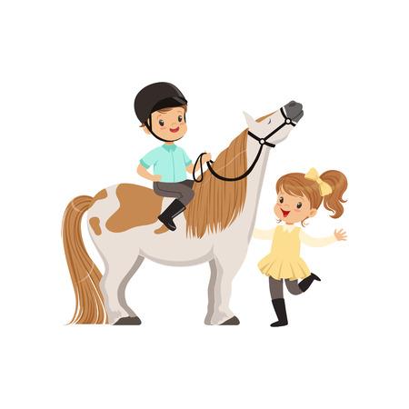 Alegre jinete de niño pequeño sentado en caballo pony, hermosa niña de pie junto a él, vector de deporte ecuestre infantil Ilustración de vector