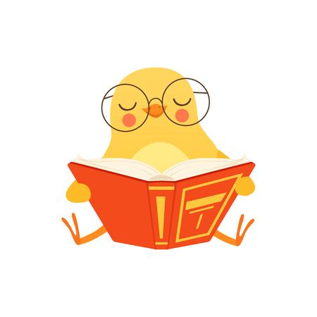 Poulet bébé mignon dans des verres, assis sur le sol et lisant un livre, vecteur de personnage oiseau drôle de bande dessinée Illustration sur fond blanc Vecteurs