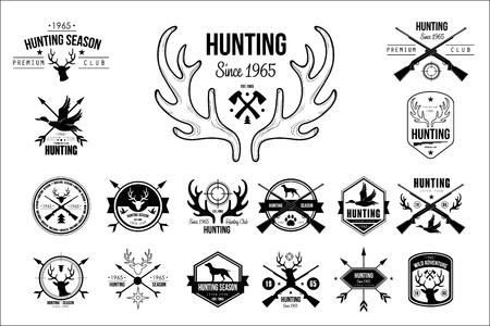 Colección de emblemas vintage para club de caza. Etiquetas monocromas originales con siluetas de perros, rifles de pistolas, gansos y cabezas de ciervo. Plantillas de logotipo plano vectorial aisladas sobre fondo blanco. Foto de archivo - 99982412