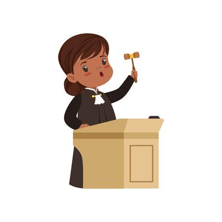 Nette Richtermädchenkarikaturfigur, die am Tribunal mit Hammervektorillustration auf einem weißen Hintergrund steht