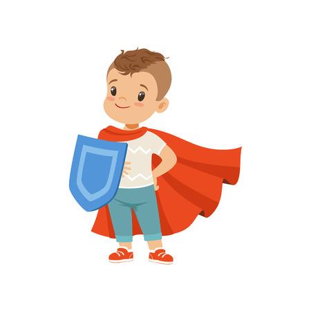Carattere sveglio del ragazzino coraggioso in mantello rosso in piedi con scudo vettoriale illustrazione su sfondo bianco