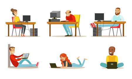 노트북과 컴퓨터가 있는 만화 사람들의 집합입니다. 젊은 남성과 여성은 인터넷에서 일하고, 비디오 게임을 하거나 친구들과 채팅을 합니다. 흰색 배경에 고립 된 다채로운 평면 벡터 일러스트 레이 션