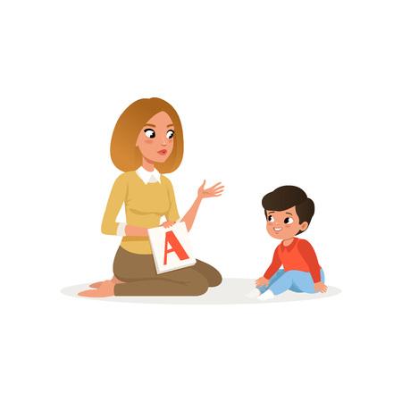 Lehrerin, die ihrem kleinen Schüler eine Karteikarte mit dem Buchstaben A zeigt. Zeichentrickfigur der jungen Frau und des Vorschuljungen. Unterricht im Kindergarten oder Kinderentwicklungszentrum. Bunte flache Vektorillustration.