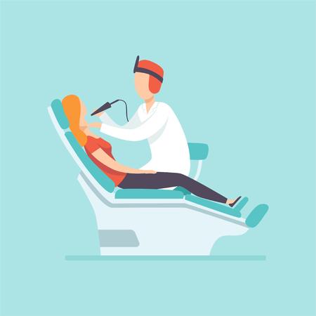 Männlicher Zahnarzt, der weiblichen Patienten in der Zahnklinik, medizinische Behandlung und Gesundheitskonzeptvektorillustration im Karikaturstil untersucht