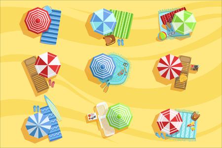 Playa de arena desde arriba con sombrillas y hamacas ilustración. Vacaciones de verano de colores brillantes relacionados con la colección de objetos de dibujo vectorial detallado. Ilustración de vector