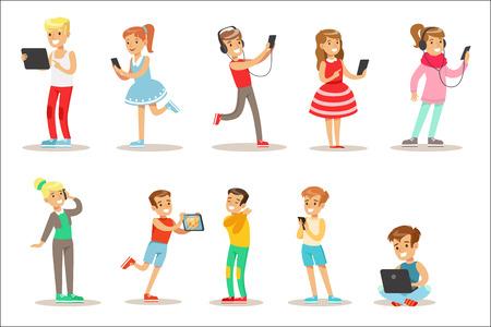Kinderen en gadgets Set van illustraties met kinderen kijken, luisteren en spelen met behulp van elektronische apparaten. Tiener technologie verslaafden verzameling van vector stripfiguren glimlachen en genieten van hun tijdverdrijf.