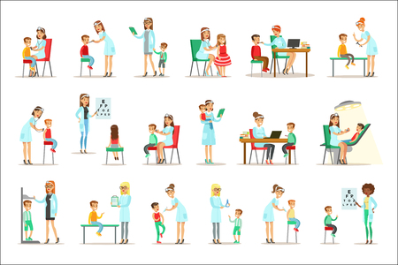 Dzieci na kontroli lekarskiej z lekarzem pediatrą wykonującym badanie fizykalne do przedszkolnej inspekcji sanitarnej. Młody Shildren na wizytę lekarską sprawdzanie ogólnego stanu fizycznego zestaw ilustracji. Ilustracje wektorowe