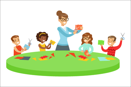 Bambini nella classe d'arte due illustrazioni del fumetto con i bambini delle scuole elementari e il loro Techer Crafting e disegno nella lezione di creatività. Scolari felici che dipingono e fanno mestiere di carta con dimostrazione da donna adulta.