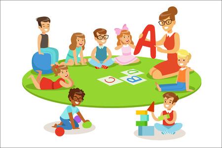 Jonge kinderen leren alfabet en spelen in de kleuterschool met leraar zittend en liggend op de vloer. Kleine jongens en meisjes in de kleuterklas met volwassen persoon die hen lesgeeft terwijl ze de cartoon vectorillustratie entertainen.