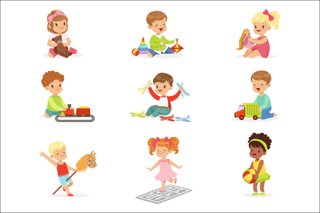 Bambini carini che giocano con diversi giocattoli e giochi divertendosi da soli godendosi l'infanzia. Giovani bambini e neonati Game Time illustrazioni vettoriali impostate con adorabili personaggi del bambino. Vettoriali