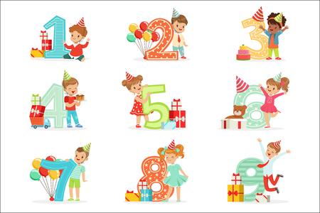Célébration d'anniversaire de petits enfants sertie d'adorables enfants debout à côté des chiffres croissants de leur âge