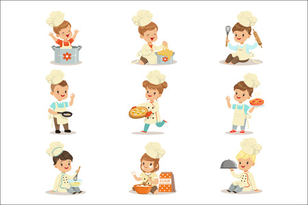 Small Kids In Chief Double-Brested Coat And Toque Hat Cooking Food And BAking Set OF Cute Cartoon Characters Preparing Meal. Children Cooks And Their Dishes Vector Illustrations. Banque d'images - 111597631