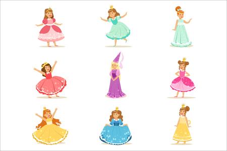 Niñas en traje de princesa en corona y vestido elegante conjunto de niños lindos vestidos como ilustraciones de la realeza. Disfraces de heroínas de cuentos de hadas en pequeñas etiquetas engomadas del vector de los niños felices.