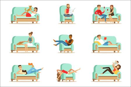 Persone che riposano a casa rilassarsi sul divano o poltrona avendo tempo libero pigro e riposo serie di illustrazioni. Fine settimana al chiuso con uomini e donne felici che si divertono.