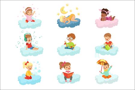 Schöne kleine Jungen und Mädchen, die auf Wolken sitzen und Spielzeug spielen, Musik hören, ein Buch lesen, schlafen, bunte Charaktere träumen, Vektorillustrationen einzeln auf weißem Hintergrund