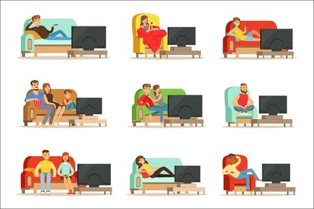 Szczęśliwi ludzie oglądają telewizję siedząc na kanapie w domu, kolorowe ilustracje na białym tle