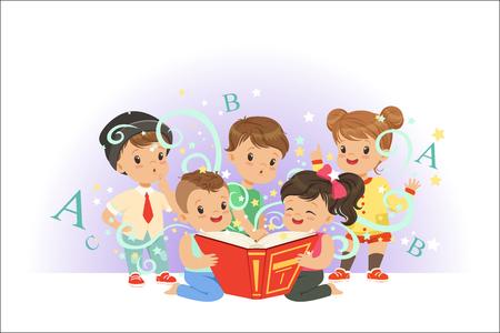 Bambini carini che leggono insieme di fiabe. Illustrazioni vettoriali colorate del mondo dei sogni dei bambini isolate su uno sfondo azzurro Vettoriali