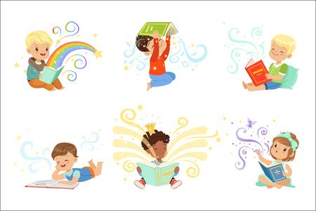 Lindos niños pequeños leyendo cuentos de hadas. Ilustraciones de vectores coloridos del mundo de los sueños de los niños aisladas sobre un fondo azul claro