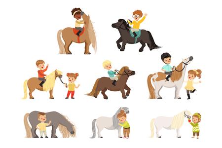 Lindos niños pequeños montando ponis y cuidando sus caballos, deporte ecuestre, ilustraciones vectoriales aisladas sobre fondo blanco