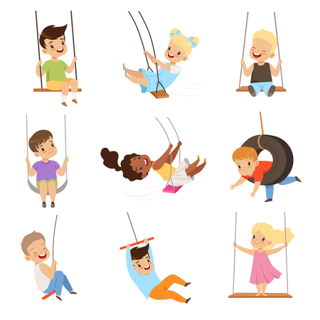 Lindos niños pequeños balanceándose en columpios de cuerda, niños y niñas que se divierten al aire libre vector ilustración aislada sobre fondo blanco.