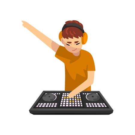 Hombre DJ tocando la pista y mezclando música en vector de cubierta de consola de mezclador ilustración aislada sobre fondo blanco.