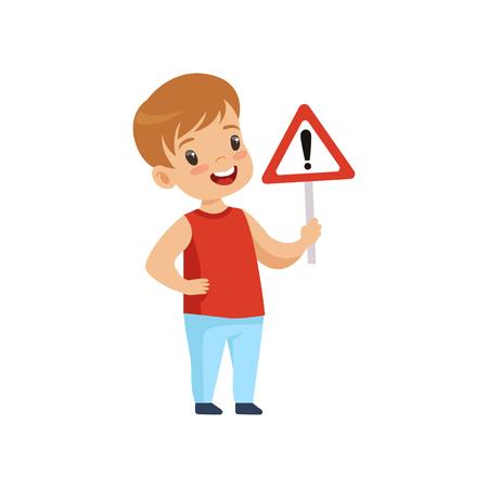 Ragazzo sorridente sveglio che tiene il segnale stradale d'avvertimento del triangolo, educazione stradale, regole, sicurezza dei bambini nel Vettoriali