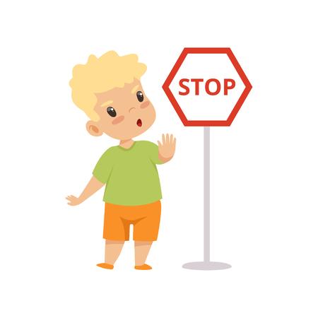 Netter Junge, der Stop-Geste zeigt, während er als nächstes Warnschild, Verkehrserziehung, Regeln, Sicherheit von Kindern im Verkehr Vektor-Illustration auf weißem Hintergrund steht.