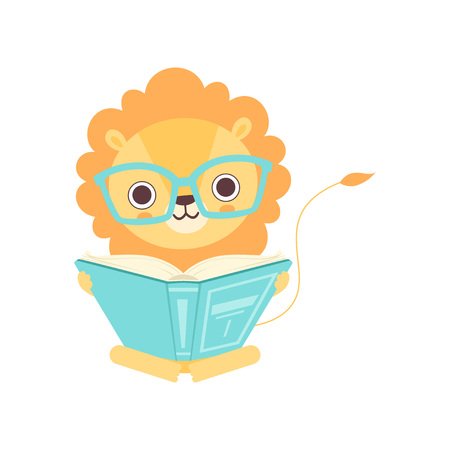 Simpatico leone intelligente con gli occhiali che legge il libro, illustrazione di vettore del personaggio dei cartoni animati di animali africani divertenti
